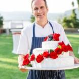 Die Hochzeitstorte wird serviert - idyllischer Schlossgarten für Ihre Traumhochzeit