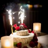 Der idyllische Garten im Schloss Maria Loretto lädt zum Feiern ein - Hochzeitstorte mit Sternspritzern