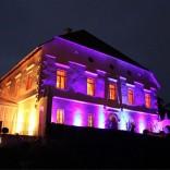 Stimmungsvoll beleuchtet: Die Beleuchtung des Schloss Maria Loretto am Abend