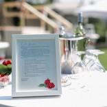 Der stimmungsvolle Schlossgarten - Stehtische im Garten mit Rosen