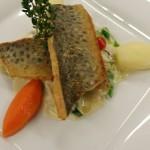 Ein echter Fisch-Klassiker: Gebratener Kärnrner Lax'n auf schmackhaftem Lauchgemüse