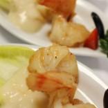 Gegrillte Garnelen in Honigsauce: Fischspezialitäten dürfen bei einem Buffet nicht fehlen!