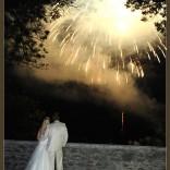 Brautpaar - ins Licht eines Feuerwerks getaucht
