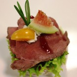 Exquisites Fingerfood - Roastbeed Canape mit Feigen