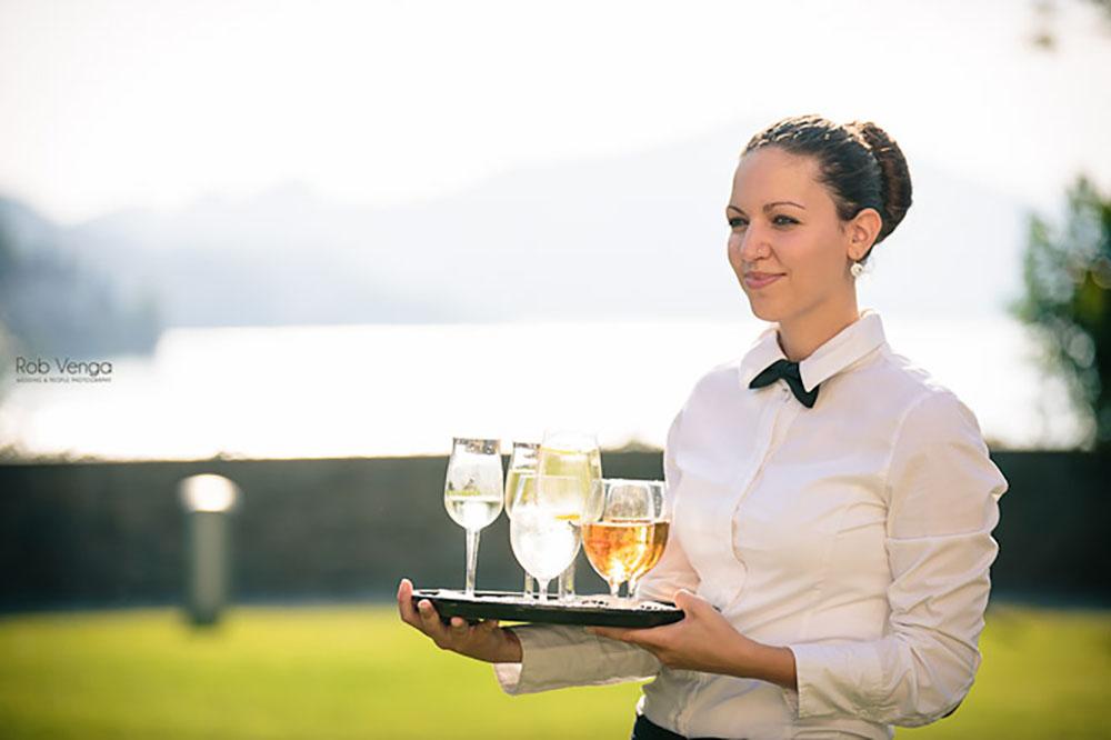 Lassen Sie die Seele baumeln und genießen Sie unseren Service - Erfrischende Drinks serviert im Schlossgarten